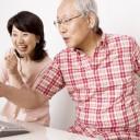 パソコンを操作する老夫婦